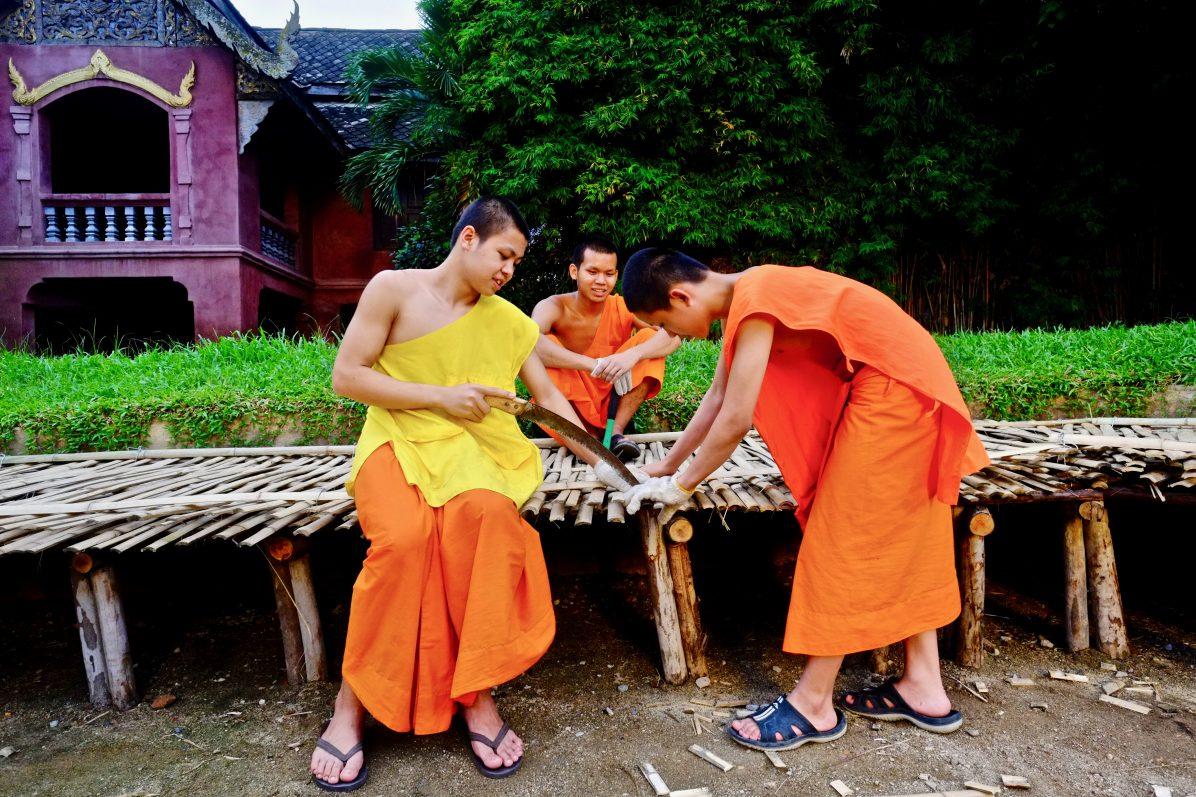 Trois jeunes novices dans un temple de Chiang Mai