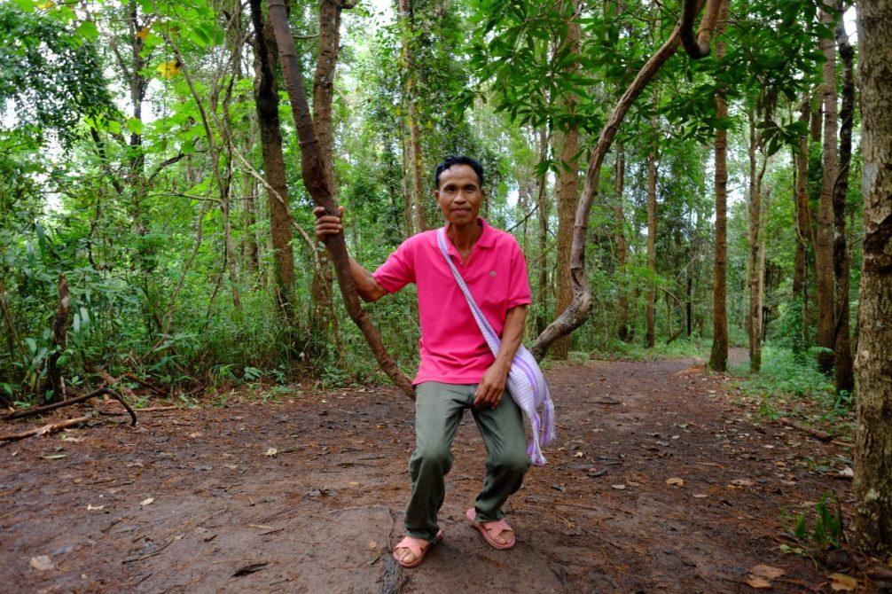 Un guide dans la forêt de la montagne de Kiw Mae Pan