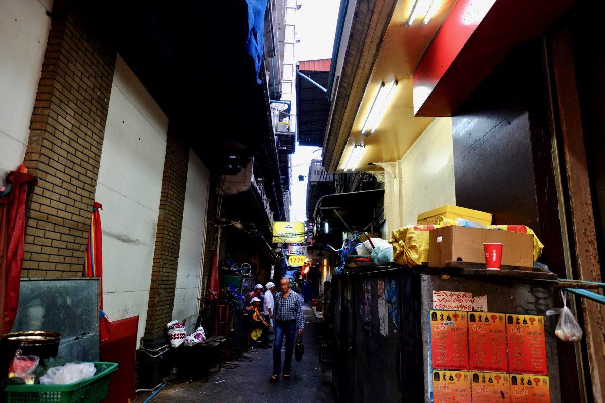 Un homme serein et imperturbable dans le quartier chinois de Bangkok