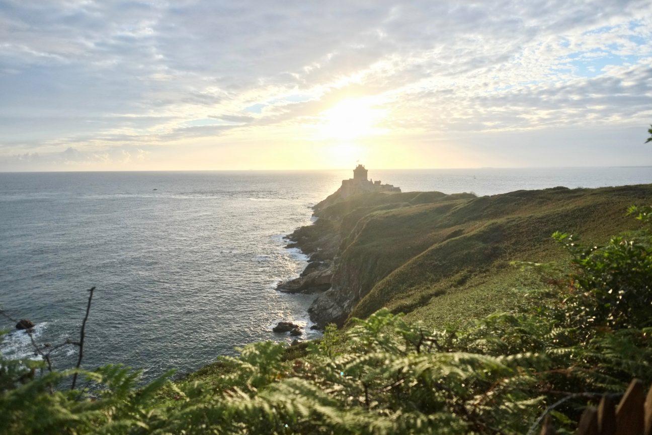 Un lever de soleil sur le cap d'Erquy et sur la Manche