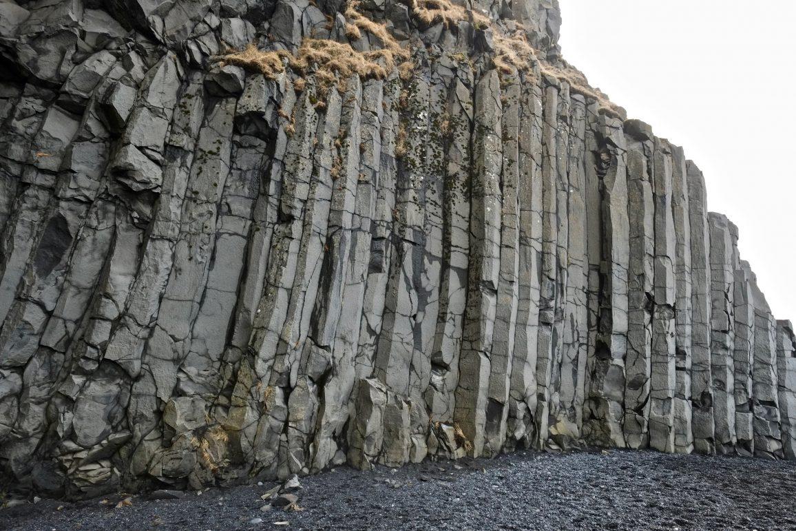 Un orgue basaltique posé sur le sable noir islandais