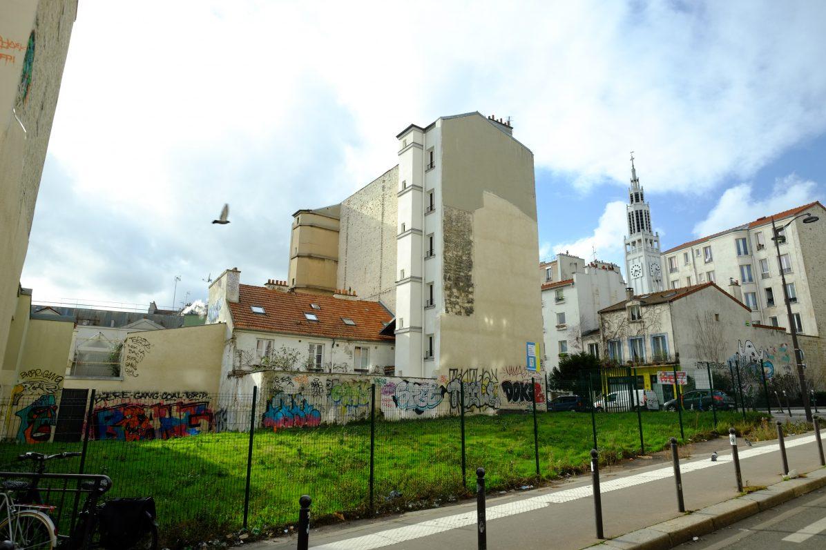 Un petit jardin et l'église Saint-Jean Bosco dans le XX ème