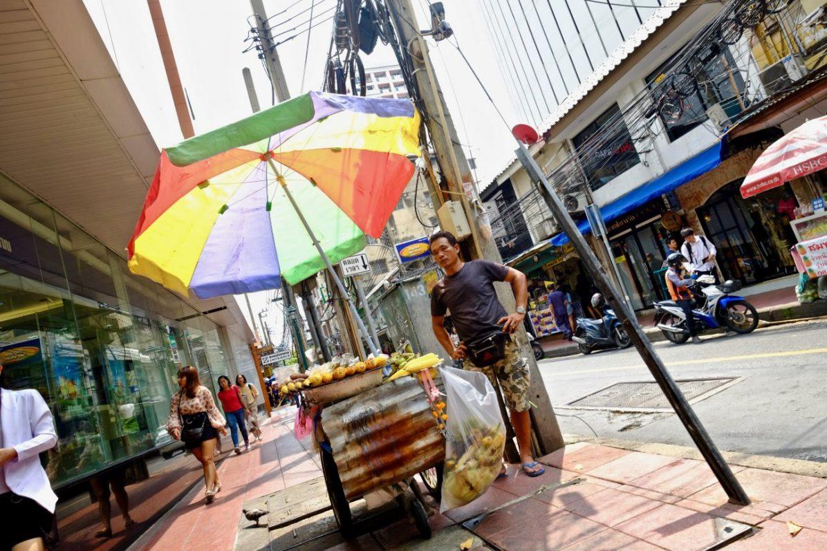 Un vendeur ambulant dans les rues du quartier de Sala Daeng