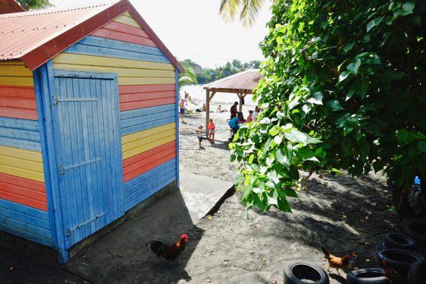 Une petite cabane posée sur la plage à Malendure