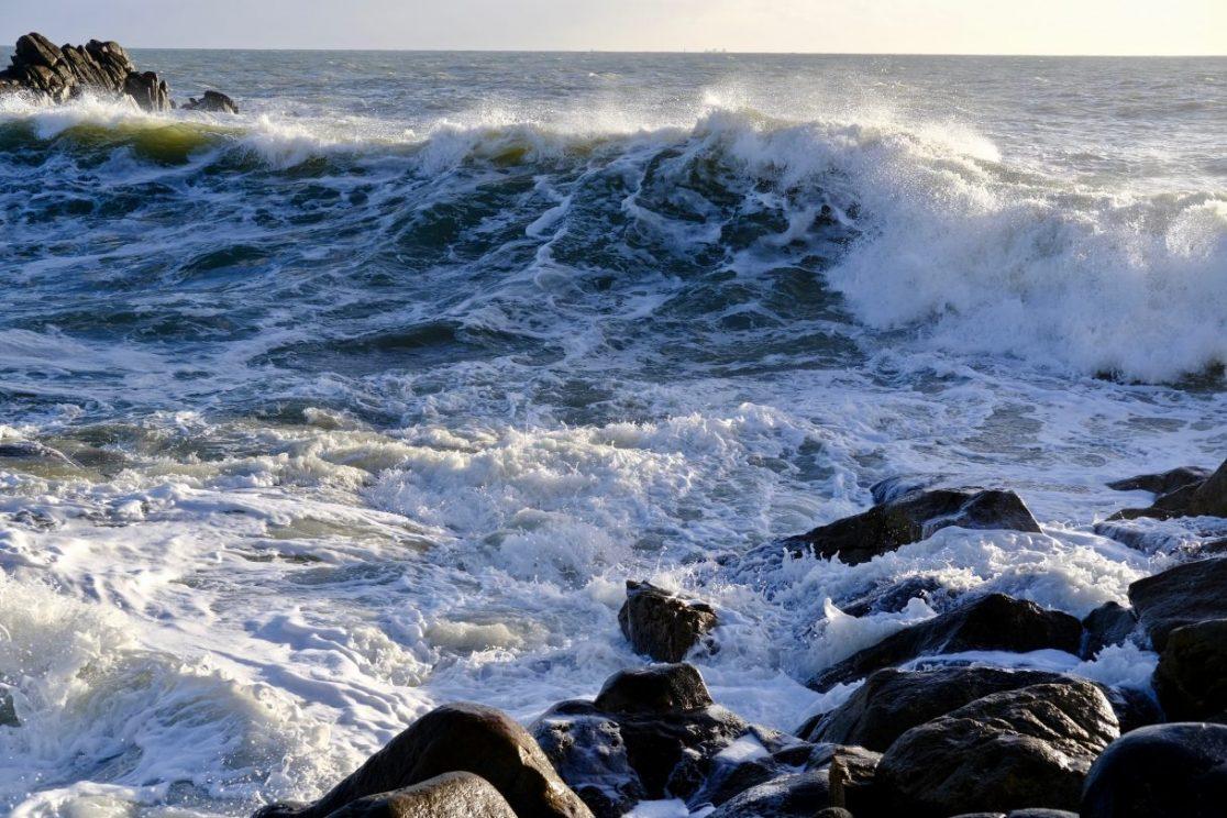 Une vague déferlant dans la baie du Grand Mathieu