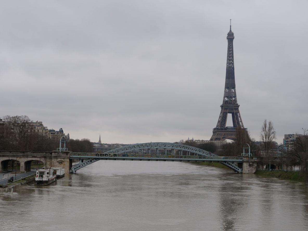 A droite l'île aux cygnes à gauche le 16 ème arrondissement