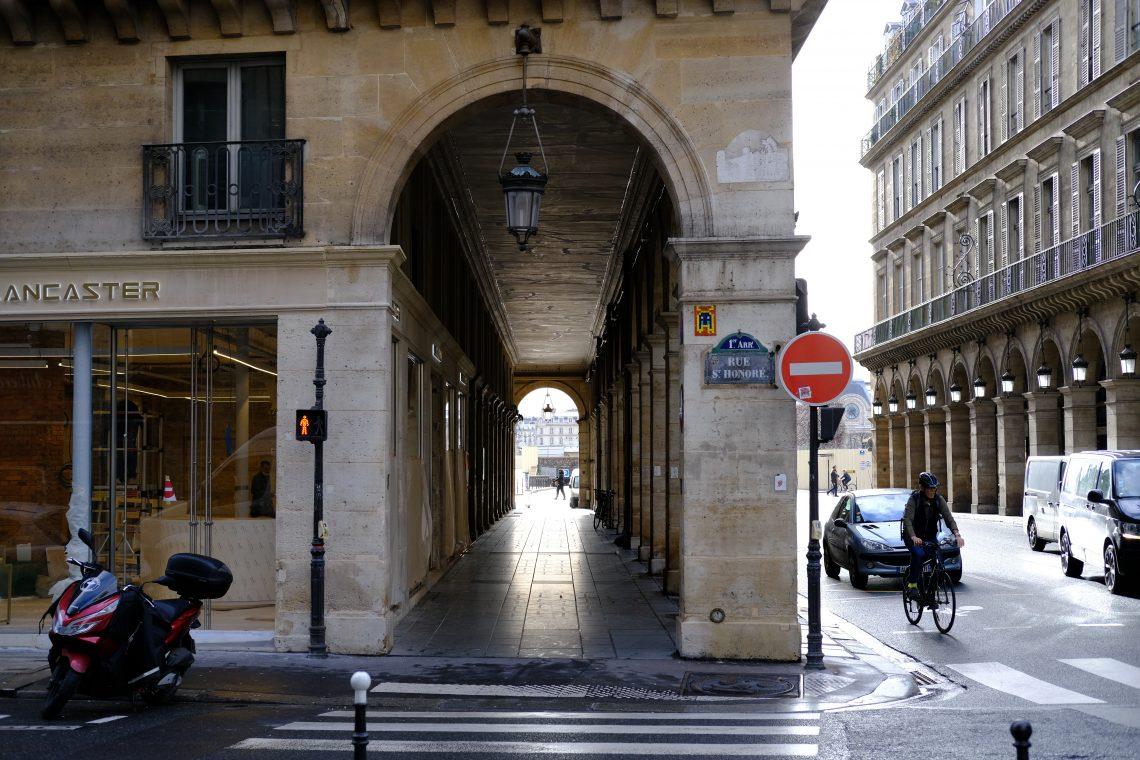Au croisement de la rue des Pyramides et de la rue Saint Honoré