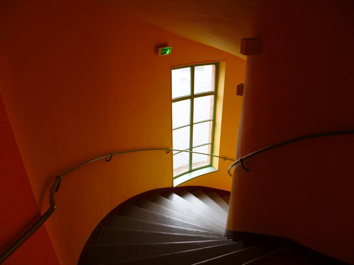 Dans les escaliers du théâtre, familistère de Guise