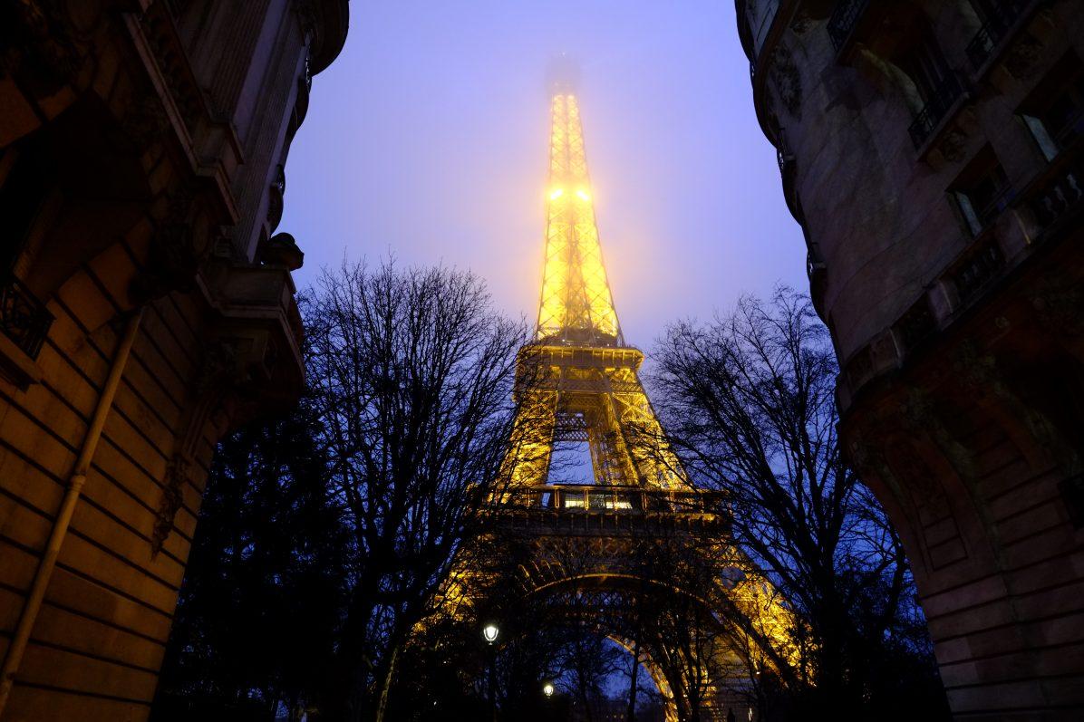 Dans les rues de Paris et la Tour Eiffel dans la brume