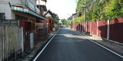 Dans les rues paisibles d'un quartier résidentiel de Lampang