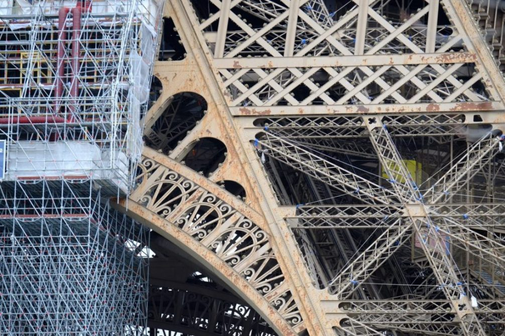 D'importantes tâches de rouille sur le côté sud de la Tour EiffelD'importantes tâches de rouille sur le côté sud de la Tour Eiffel