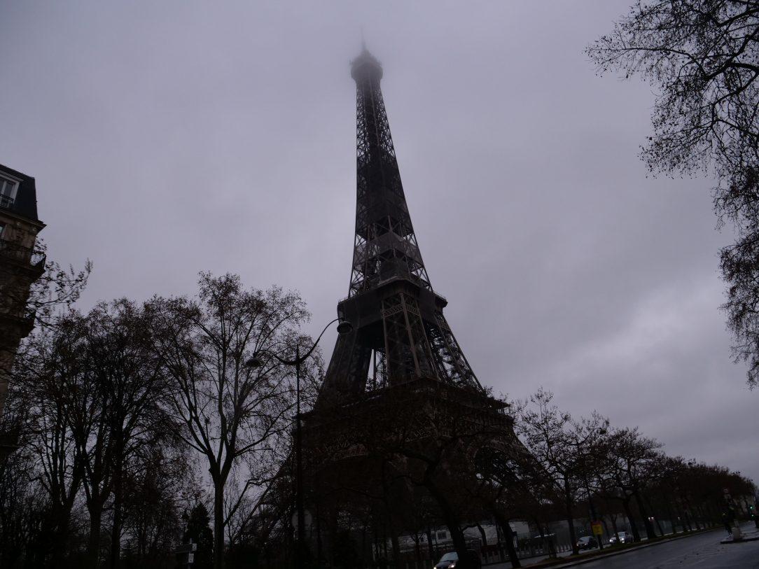 La Tour Eiffel en hiver, la tête dans les nuagesLa Tour Eiffel en hiver, la tête dans les nuages