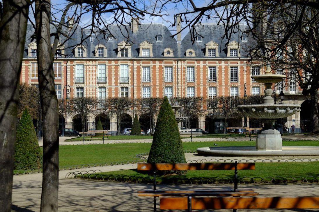 La belle place des Vosges et ses façades en briques rouges