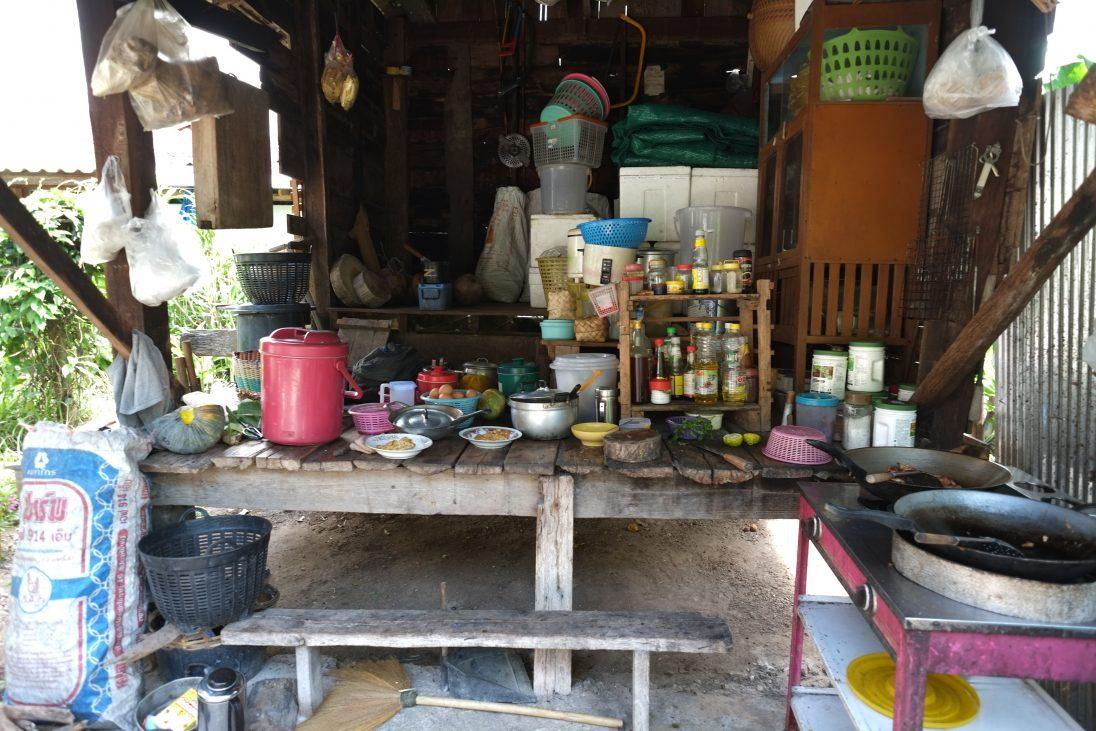 La cuisine d'une maison d'hôtes dans le petit village de Baan Samkha