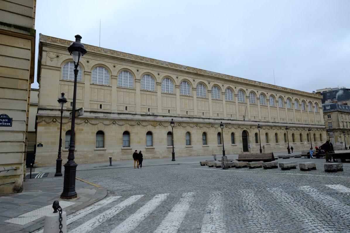 La façade de la bibliothèque Sainte-Geneviève dans le 5 ème arrondissement
