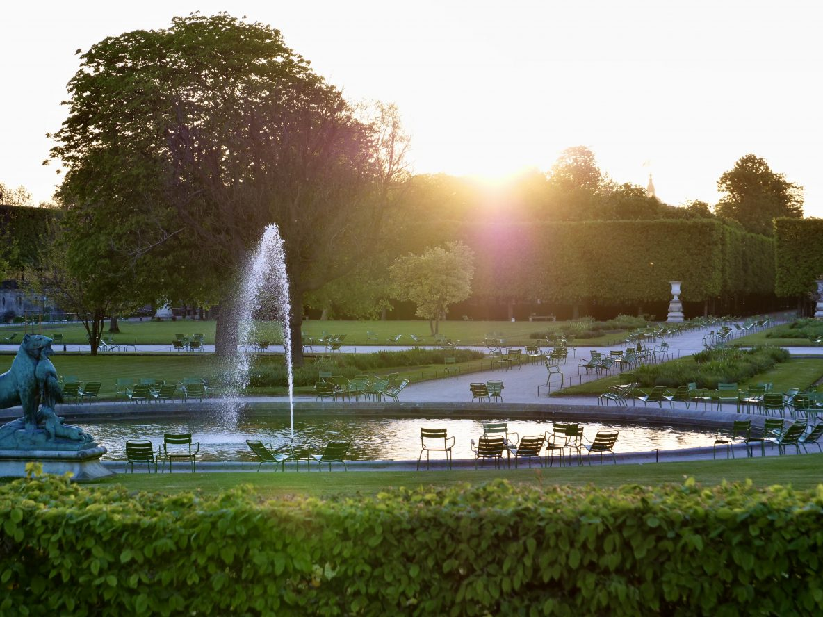Le jardin des Tuileries un soir de printemps juste après sa fermeture