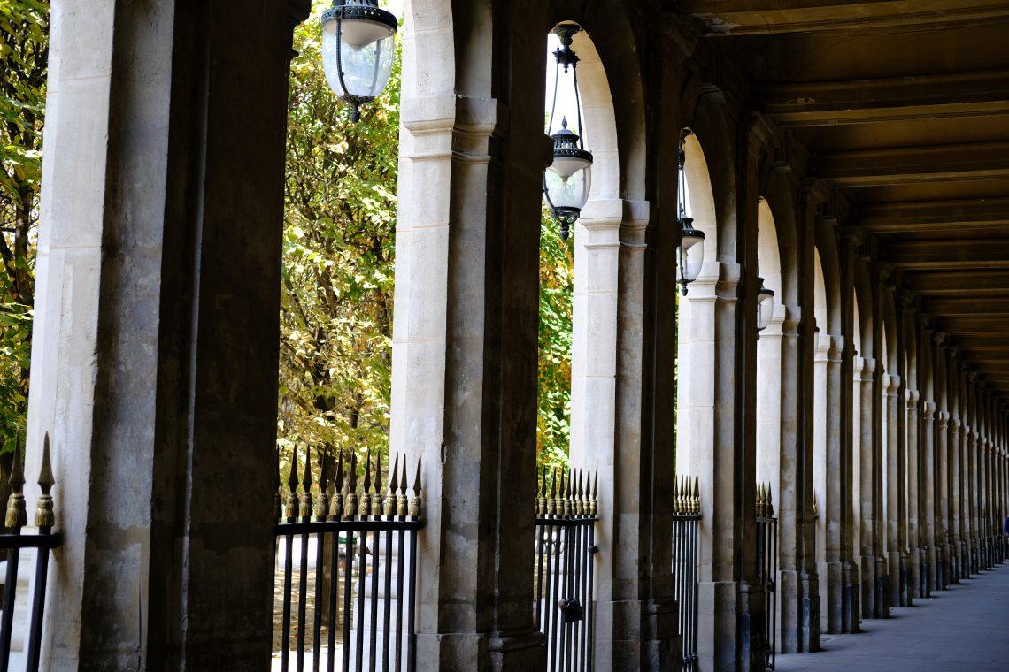 Le jardin du Palais Royal derrière une belle rangée de colonnes