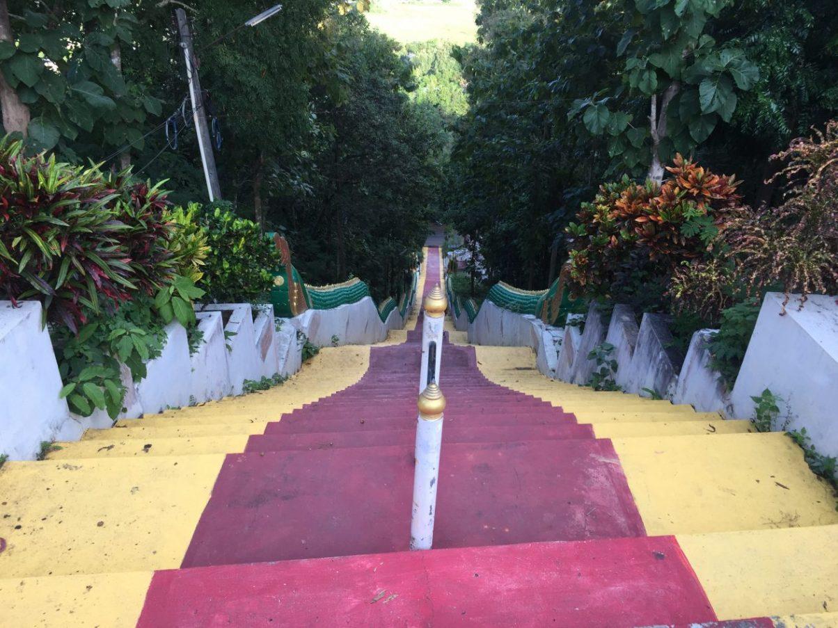 Le long escalier qui permet de rejoindre le temple de Phra That Khao Noi