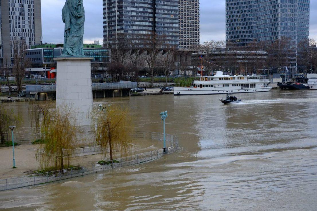 Le petit parc de l'île aux cygnes sous les eaux lors d'une crue de la Seine (février 2021)