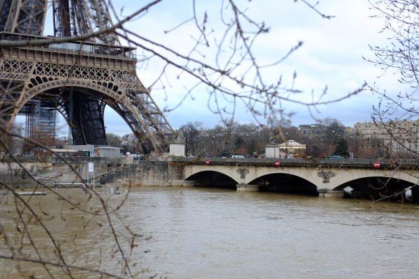 Le pont d'Iéna permettant de relier la tour Eiffel et le Champs de Mars depuis le 16 ème arrondissement de Paris
