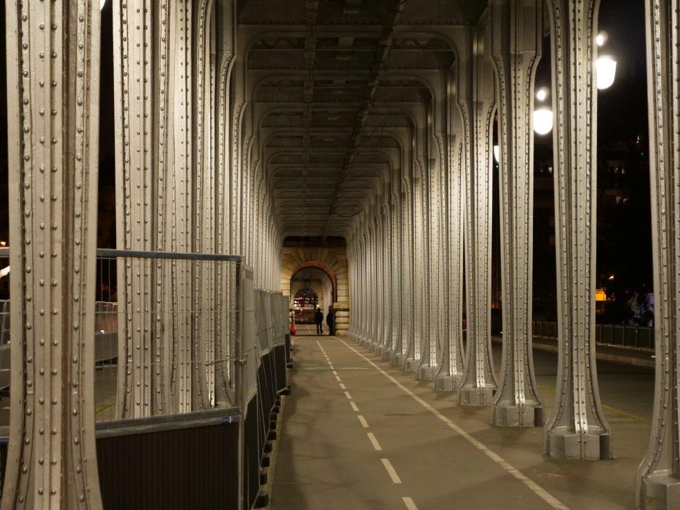 L'enfilade d'arches métalliques du pont Bir-Hakeim