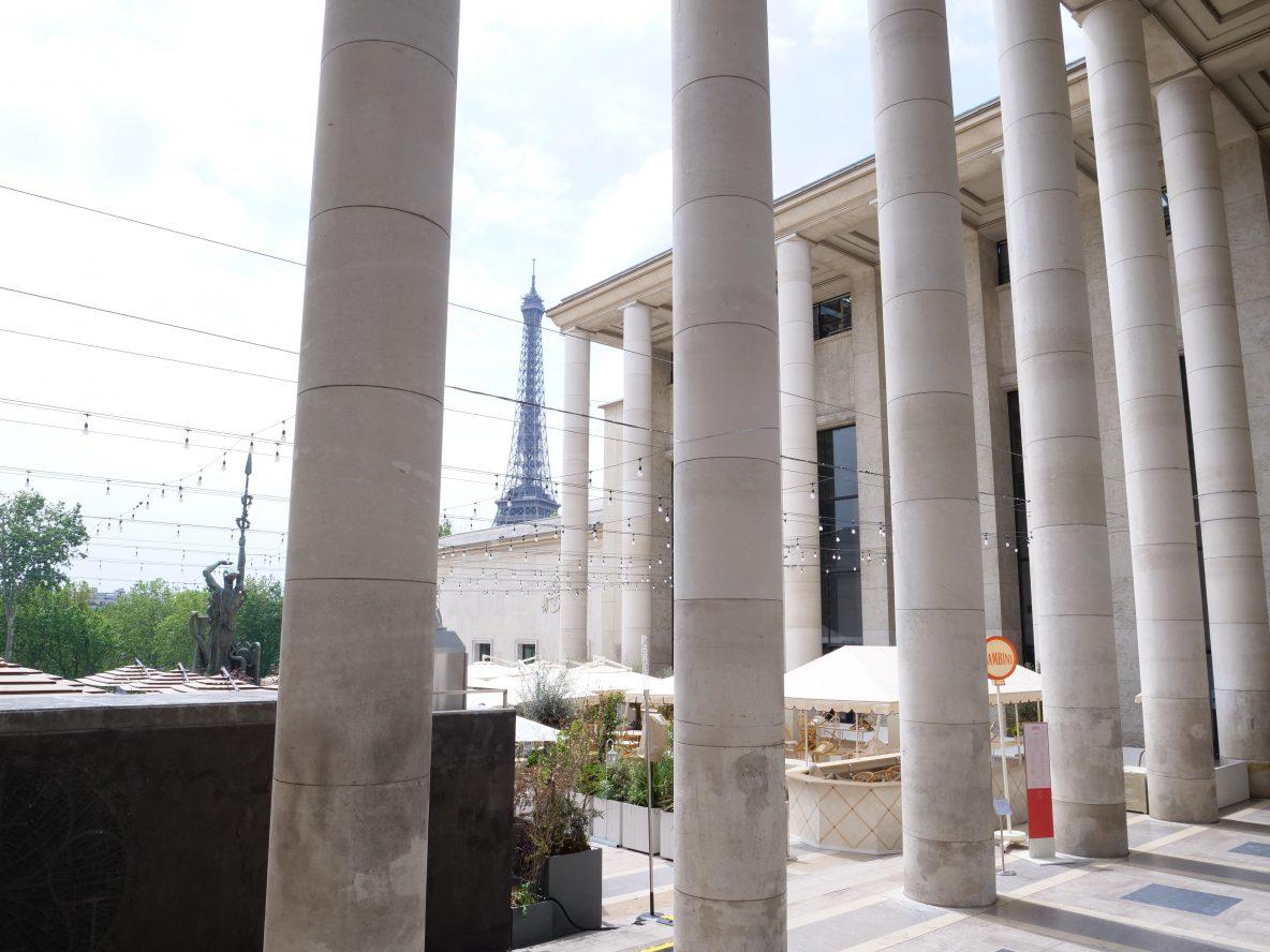 Les colonnes du Palais de Tokyo et la Tour Eiffel