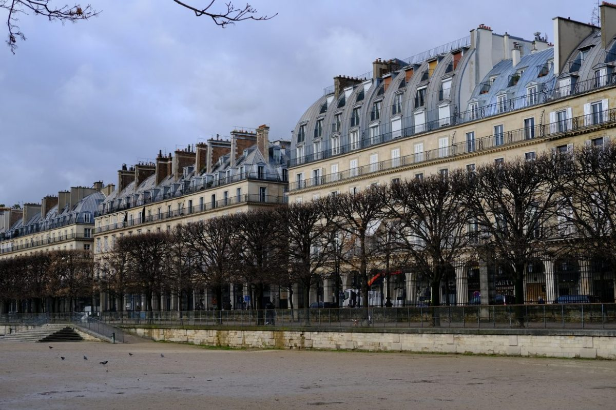 Les façades de la rue de Rivoli depuis le jardin des Tuileries