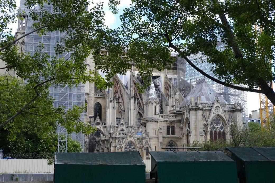 Les malles vertes des bouquinistes le long de de la Seine juste en face de Notre Dame