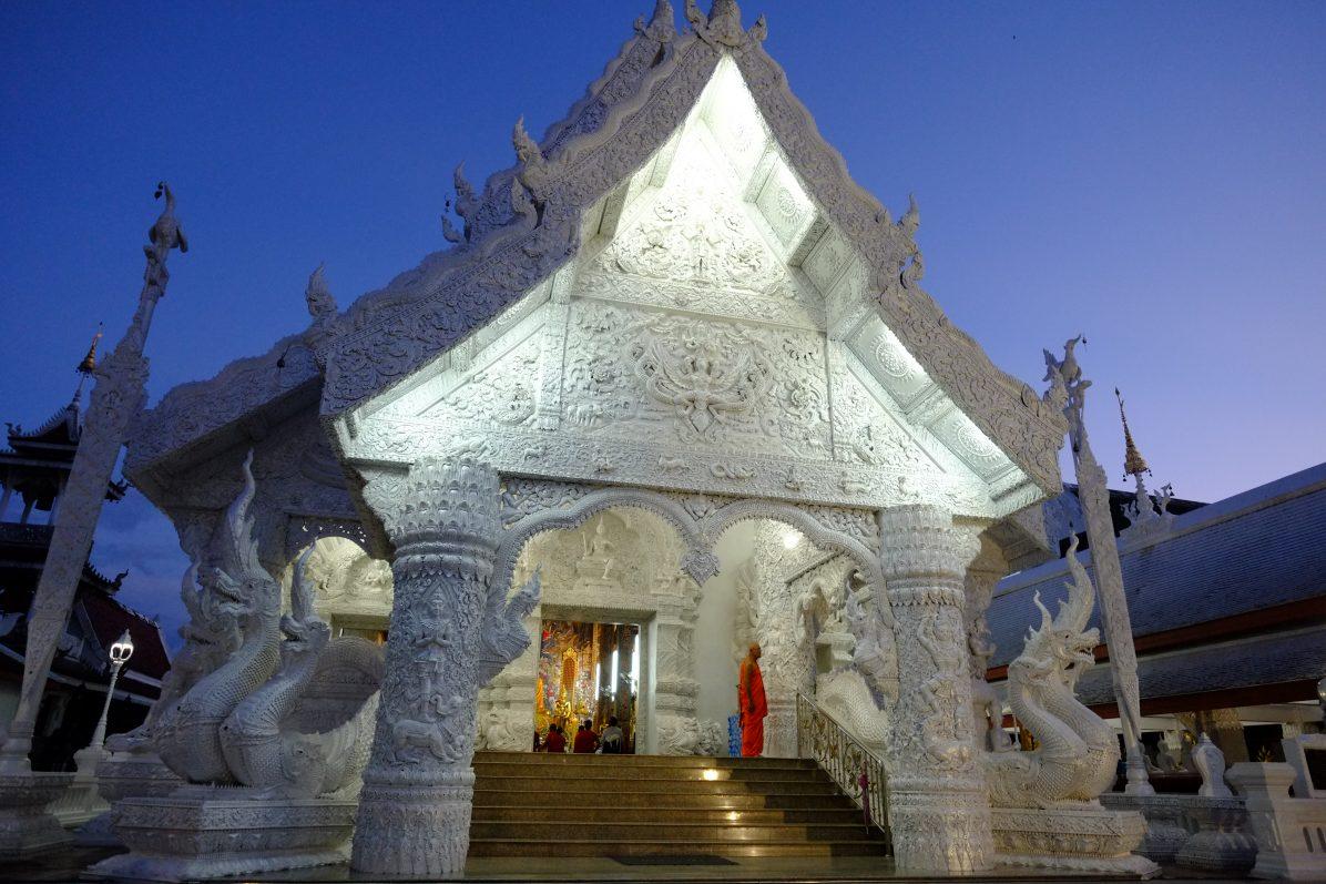 L'imposant temple blanc de Ming Muang