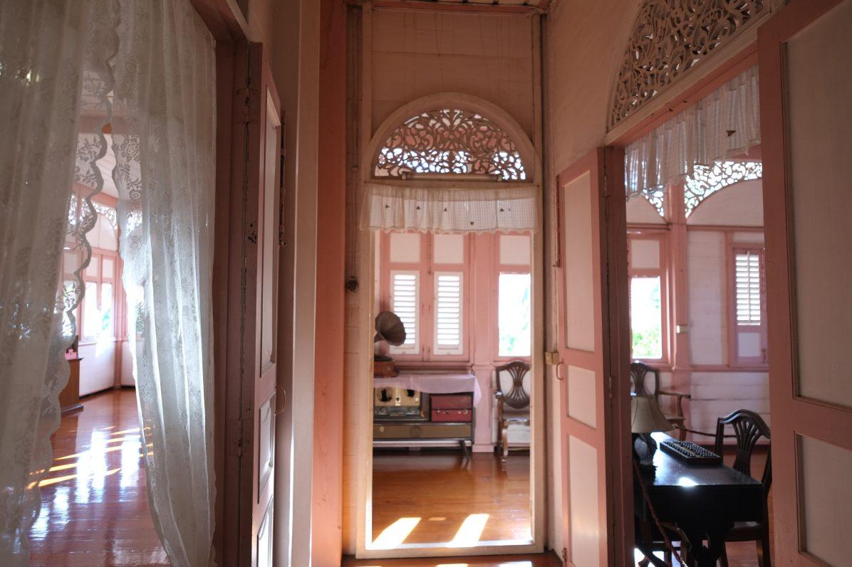 L'intérieur de la maison rose de Lampang