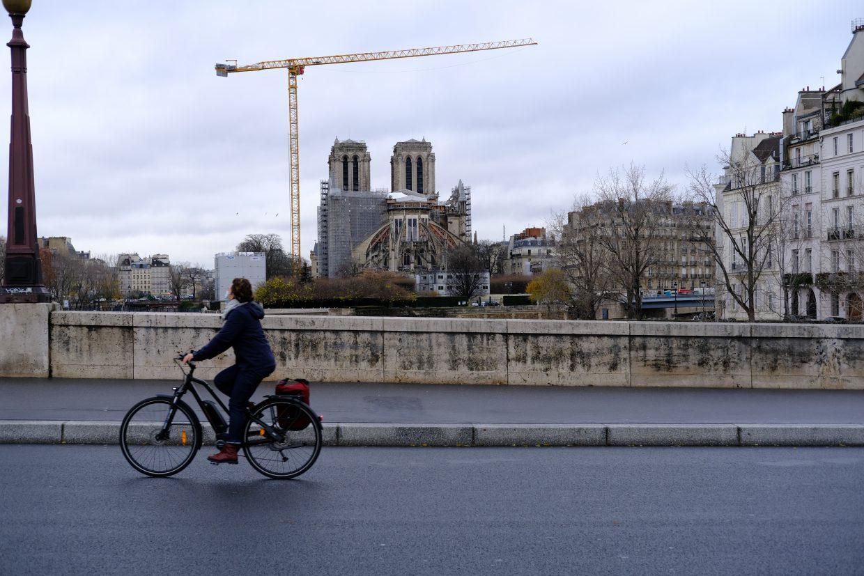 Notre Dame vue depuis un pont parisien le 22 décembre 2020