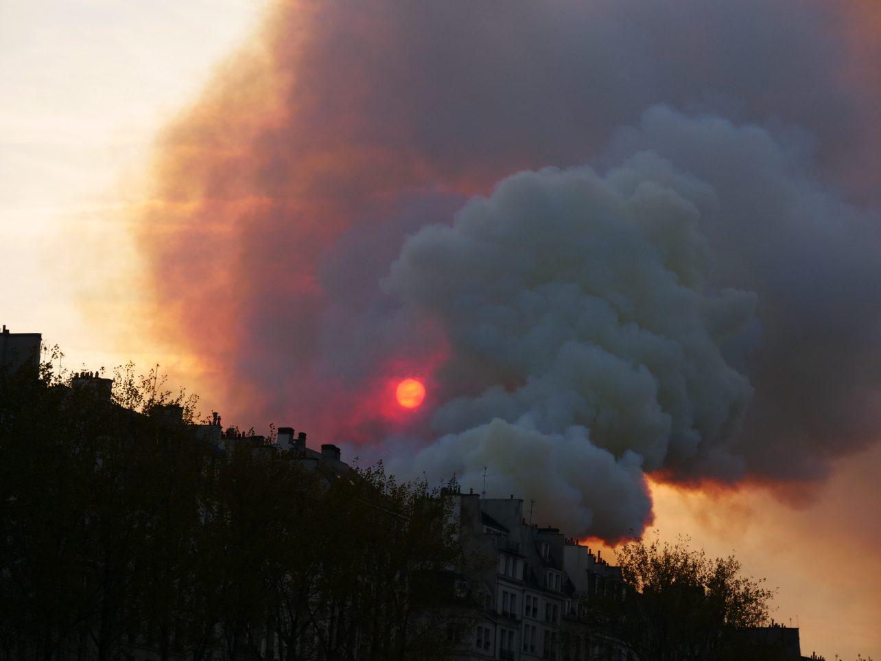 Un épais nuage s'élevant de l'île de la cité, aucun doute sur l'intensité de l'incendie