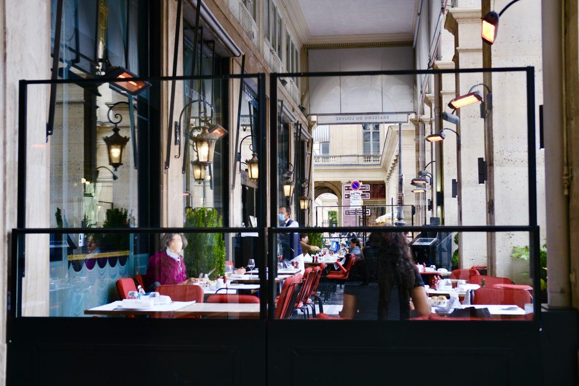 Un café sur la place du palais Royal à deux pas du Louvre