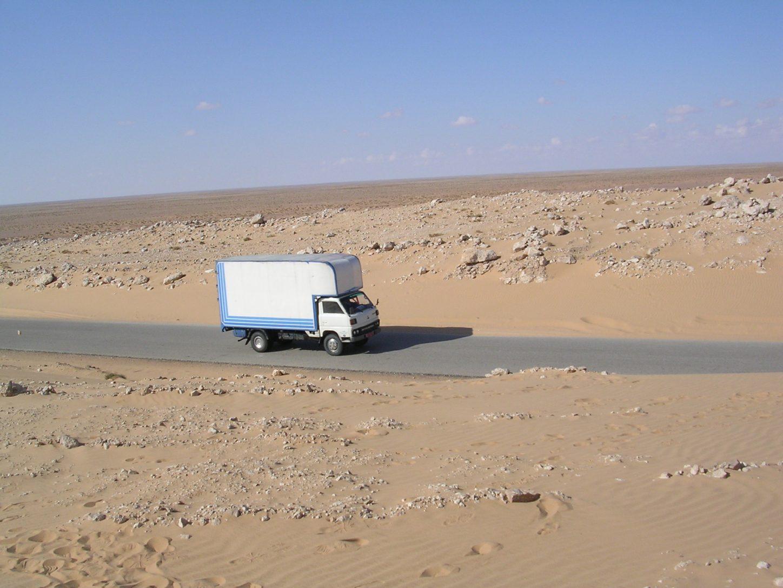 Un petit camion dans les environs de Tobrouk en Lybie
