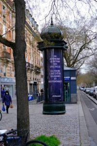 Une colonne Morris près de la place de la Nation