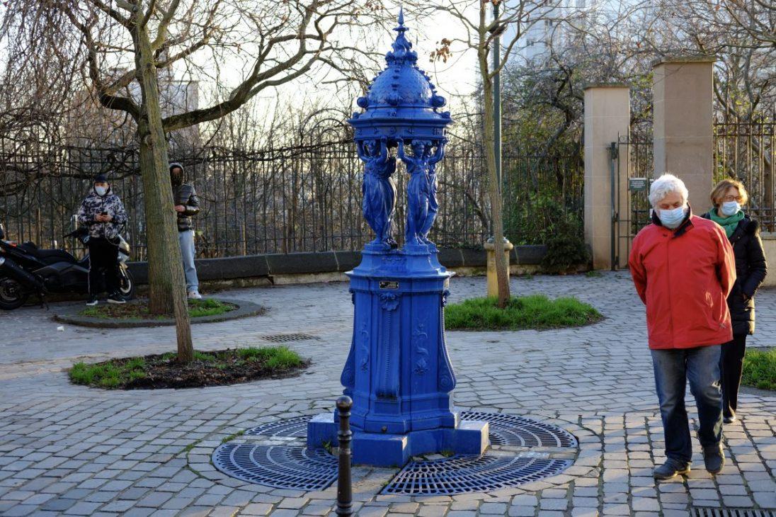 Une fontaine Wallace peint en bleu sur la rue Piat à belleville