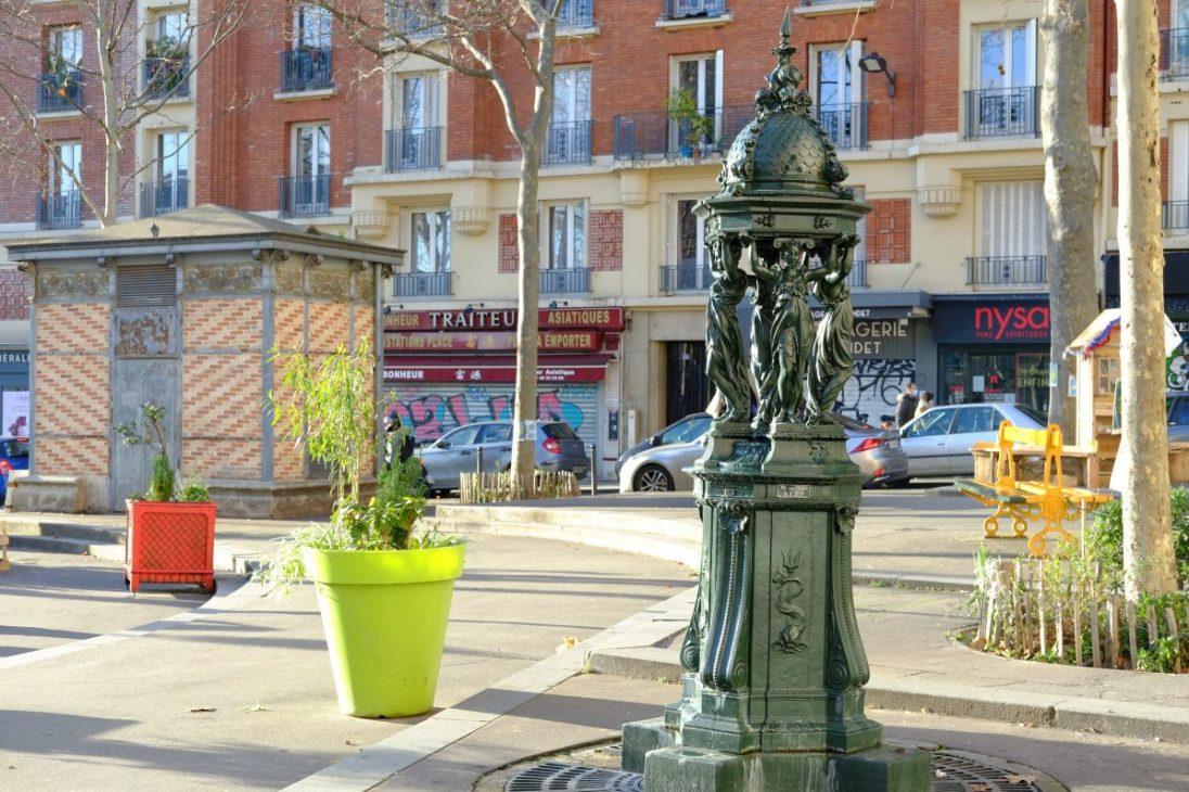 Une fontaine Wallace sur la place Edith Piaf à Paris