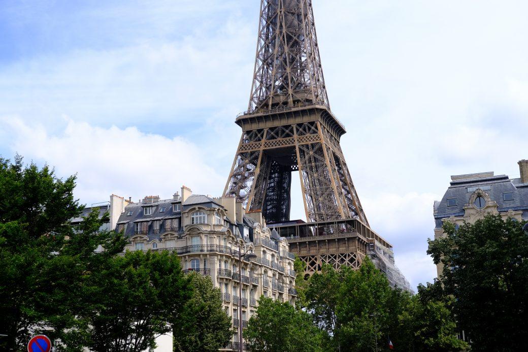 Une vue sur la Tour Eiffel depuis la rue Jean Rey