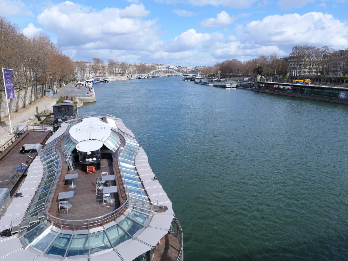 Une vue sur la terrasse d'une péniche parisienne et sur la Seine