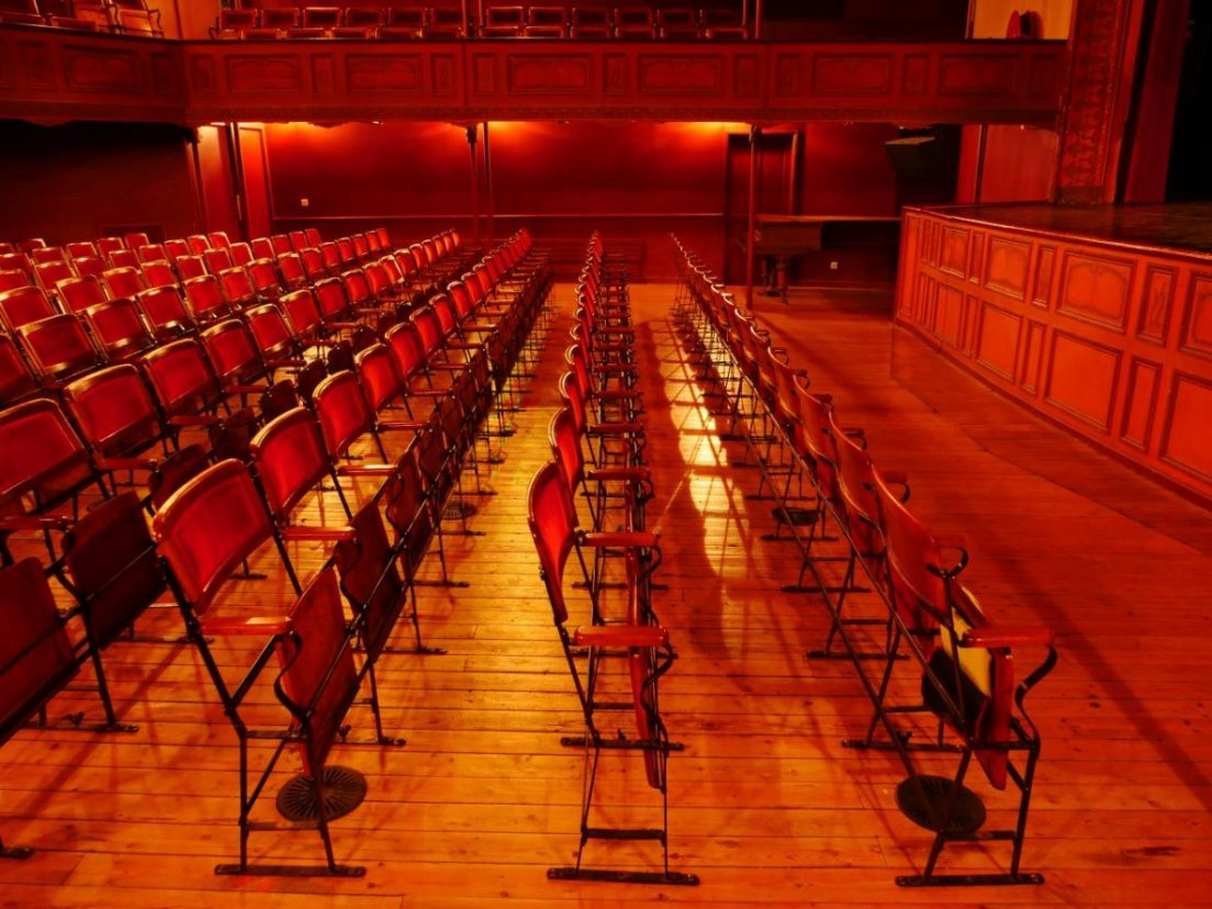 les fauteuils rudimentaires du théâtre du familistère de Guise