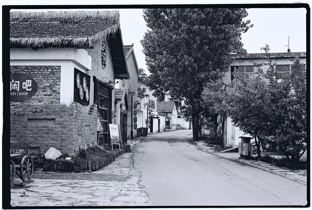 De part et d'autre des maison ont été restaurées, à Sangoa un petit village de l'Anhui