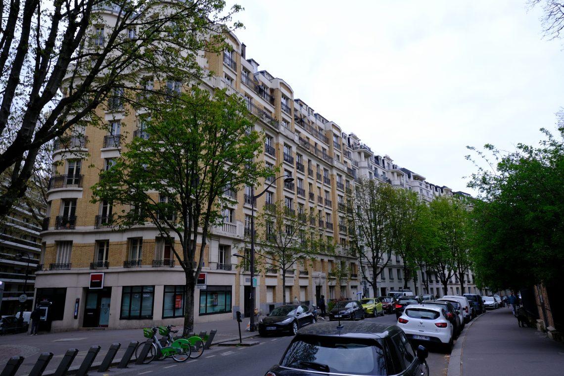 Derrière cette longue barre d'immeubles se trouve la butte Bergeyre
