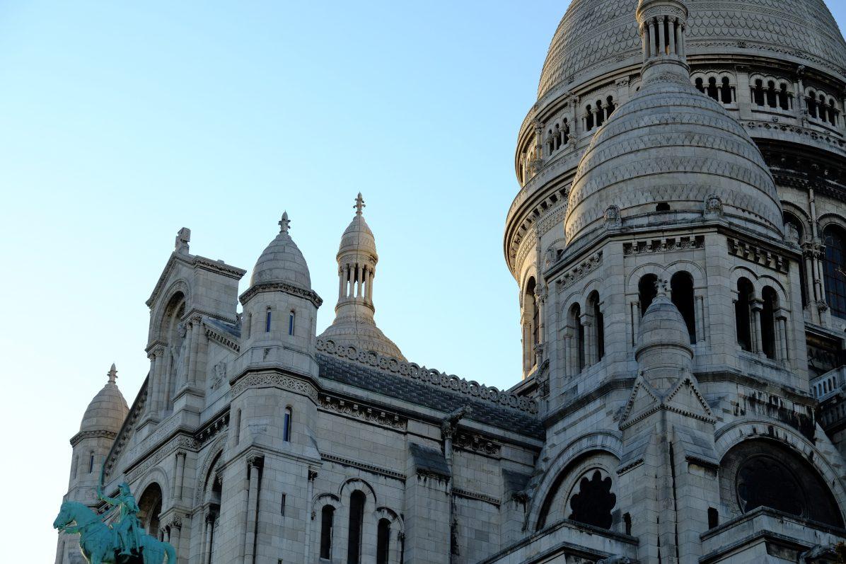 La Basilique du Sacré-Cœur trône au sommet de la butte Montmartre