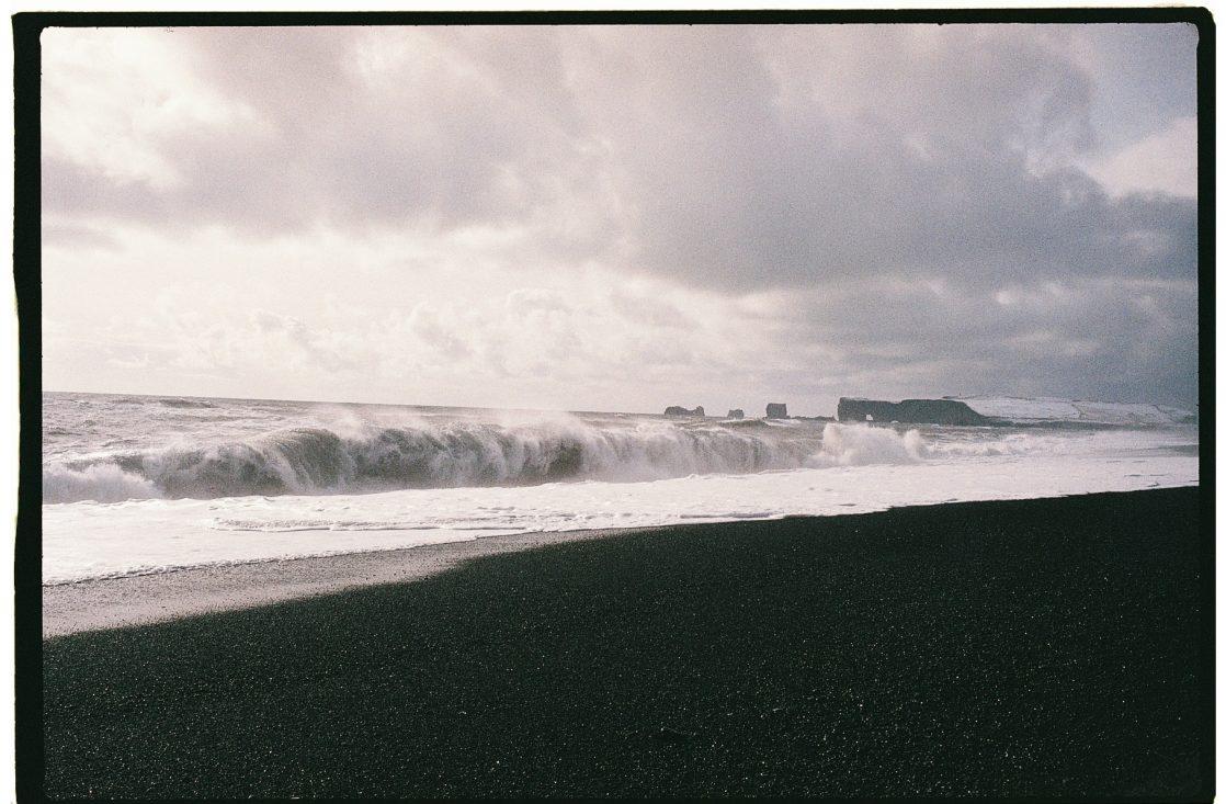 La vague qui casse au bord de cette plage de sable noir est l'une des plus dangereuse du monde