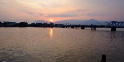 Le fameux coucher de soleil sur la rivière qui coule le long de Kampot