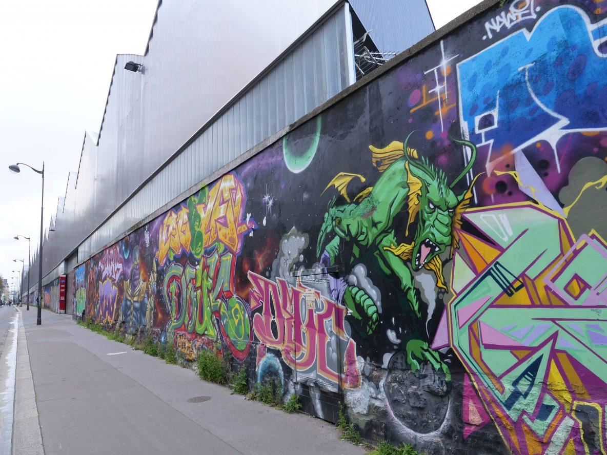 Le long mur de street art le long de la rue d'Aubervilliers dans le 18 ème arrondissement