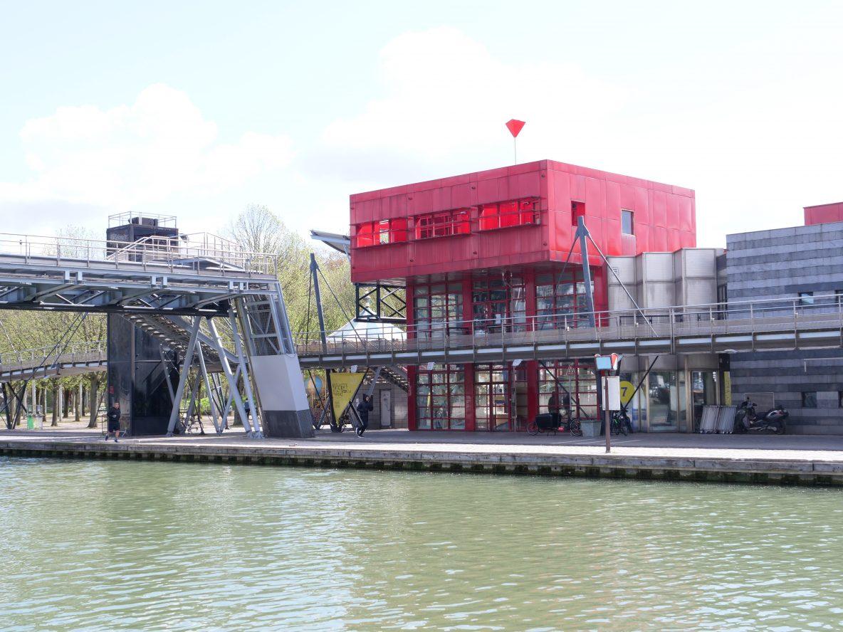 Les installations métalliques le long du bassin de la Villette