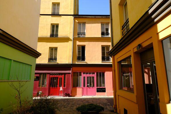 Les petites échoppes colorées de la cour d'Alsace-Lorraine