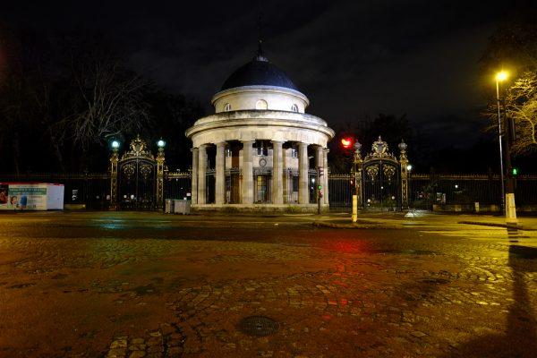 L'une des entrées du parc Monceau vue depuis le 17 ème arrondissement de Paris