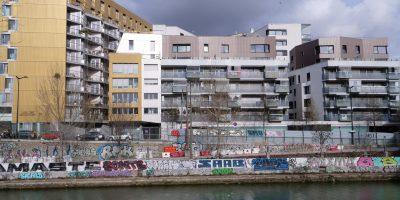 Quelques immeubles sur le bord du canal de l'Ourcq